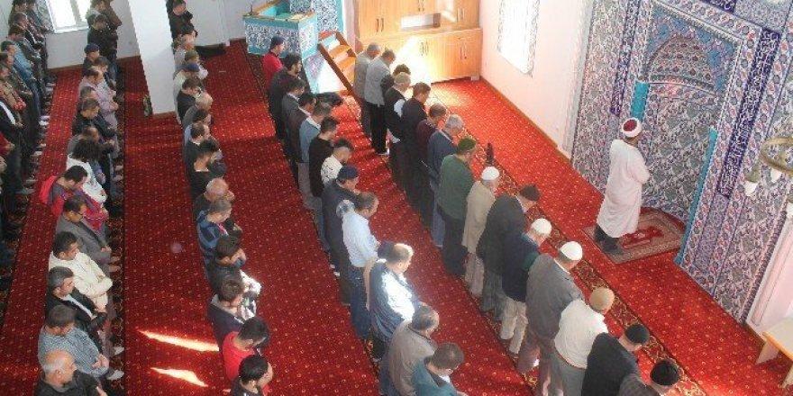 Ömer Halisdemir Camisi'nde ilk cuma namazı kılındı