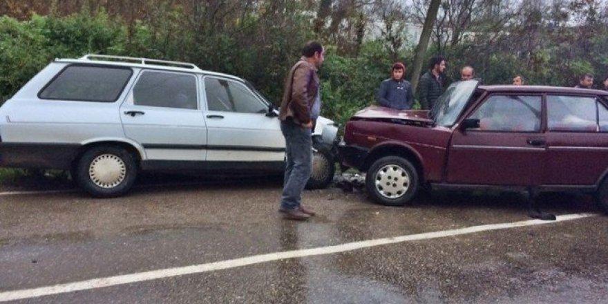 Bartın'da iki otomobil kafa kafaya çarpıştı