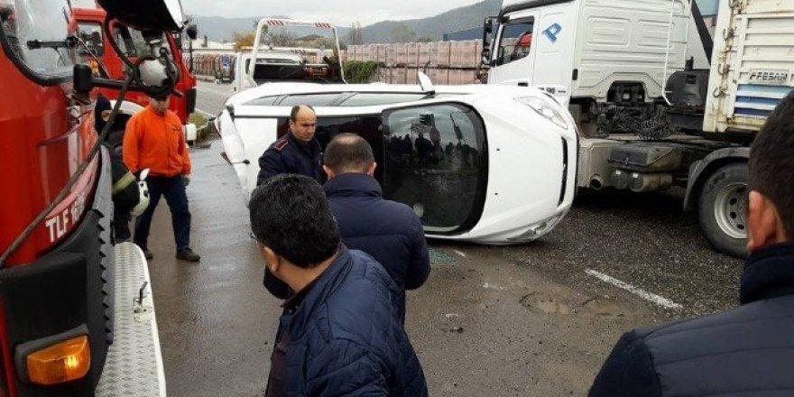 Kamyonun çarptığı otomobil devrildi: 2 yaralı