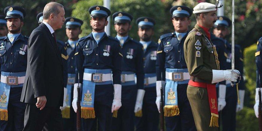 Cumhurbaşkanı Erdoğan Pakistan'da resmi törenle karşılandı