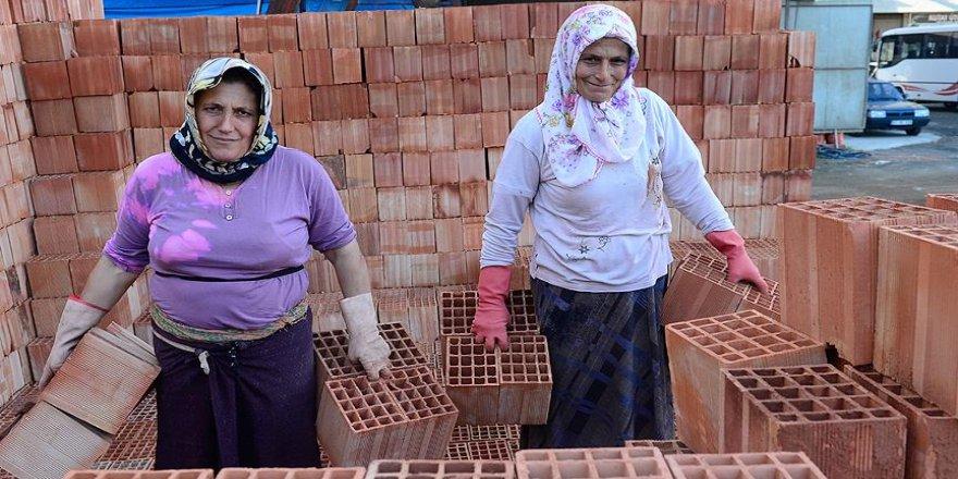 Gelin ile görümce inşaata tuğla taşıyor