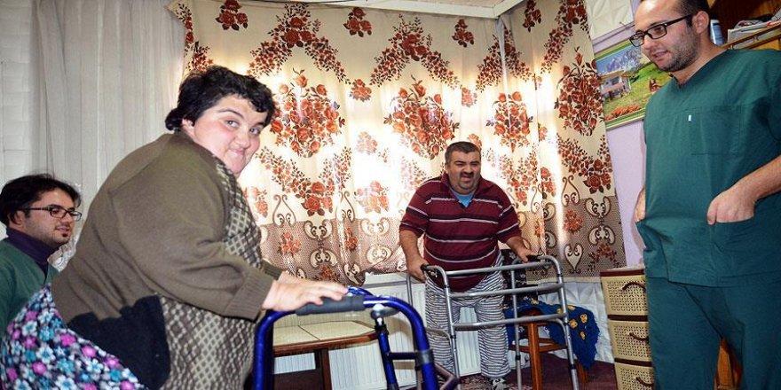 Doğuştan engelli kardeşler yıllar sonra ilk adımlarını attı