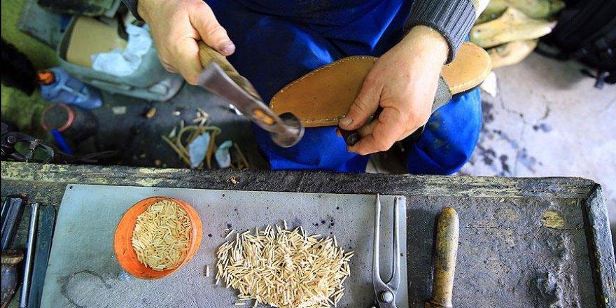 Yarım asırdır tahta çivili ayakkabı üretiyor