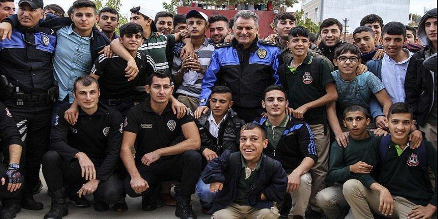 Polis operasyonu tamamlayıp öğrencilerle futbol oynadı