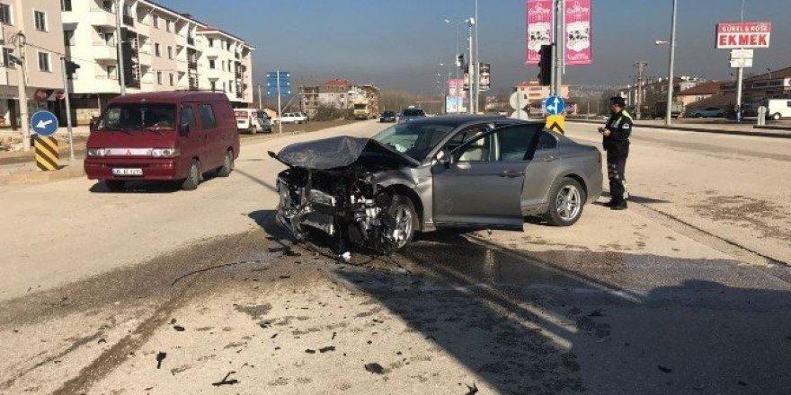 Düzce'de iki otomobil çarpıştı 2 kişi yaralandı