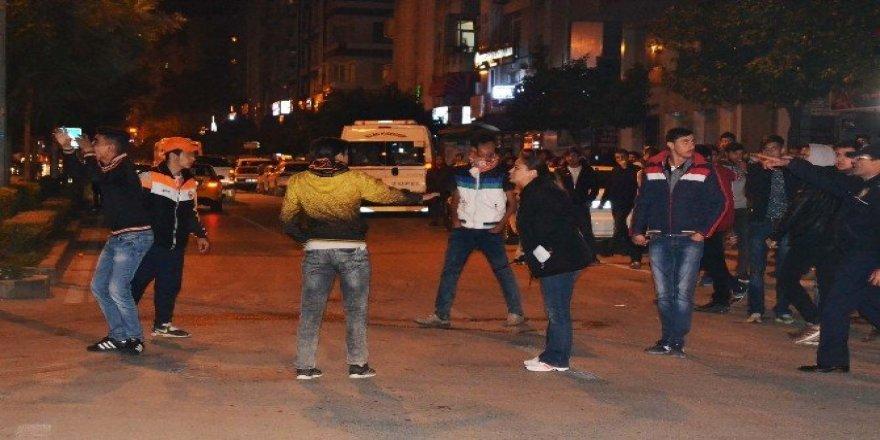 Polis müdahalesinden kurtulmak isteyen saldırgan taraftarlardan 'şehitler ölmez' sloganı
