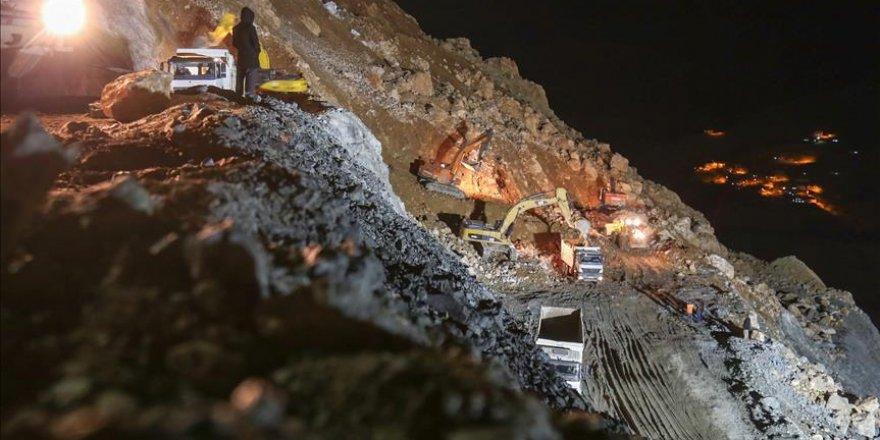 Siirt'te işçilerin kurtarılması için çalışmalar aralıksız devam ediyor