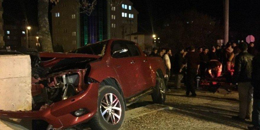 Kontrolden çıkan pikap beton duvara çarptı: 3 yaralı