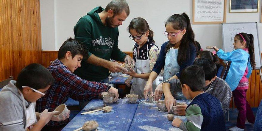 Yetiştiği köyünde çocukları sanatla buluşturuyor