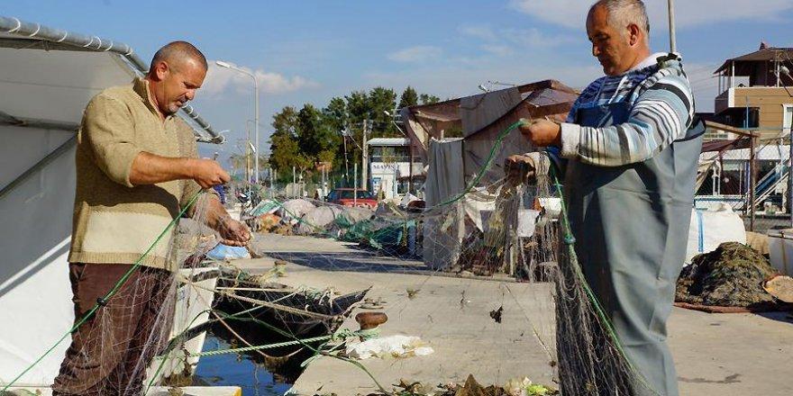 İzmirli balıkçılar belediyenin döktüğü balçıktan şikayetçi
