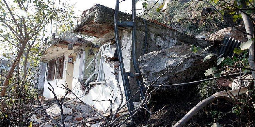Trabzon'da evin üzerine kaya düştü