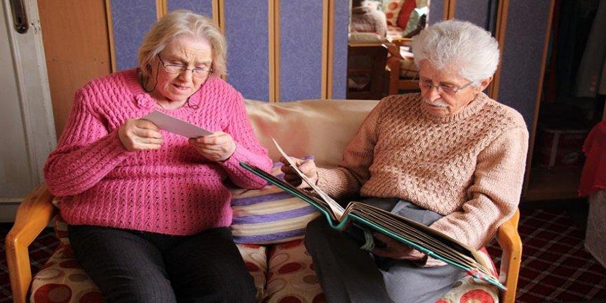 Evliliklerinde 60 yılı dolduran çift gençlere örnek oluyor