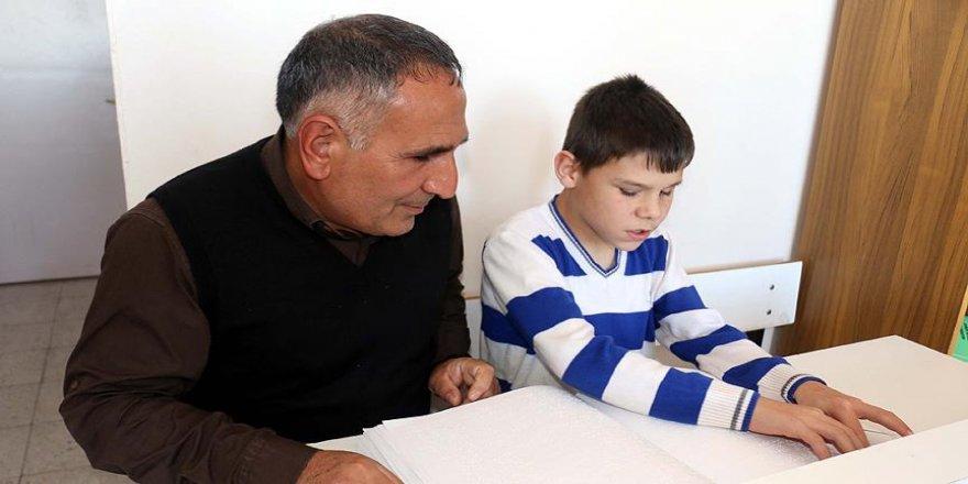 Görmeyen gözleriyle engelli öğrencilerine ışık oluyor