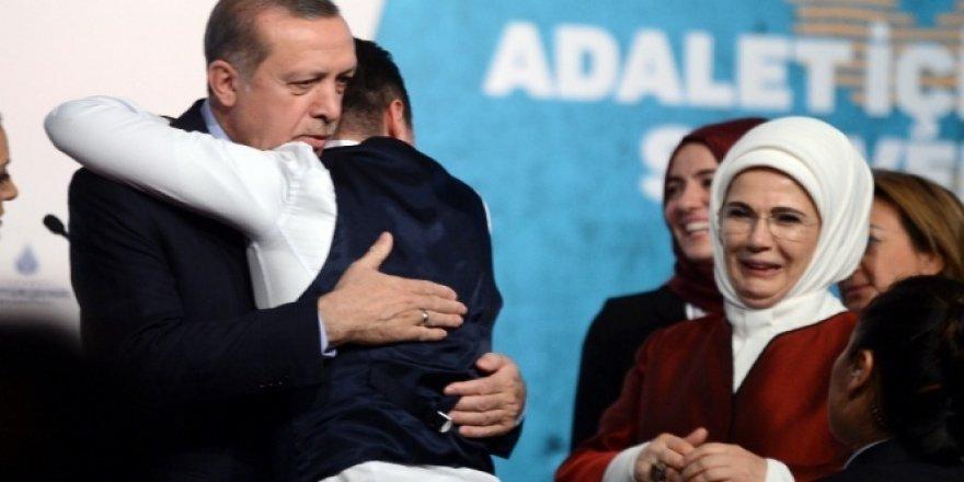 Sahneye atlayıp Cumhurbaşkanı Erdoğan'a sarıldı