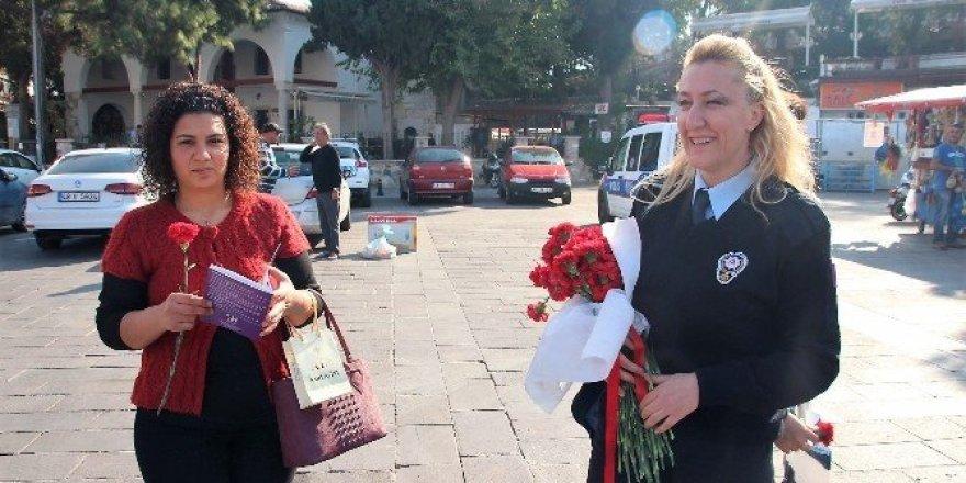 Polisler kadınlara karanfil dağıttı