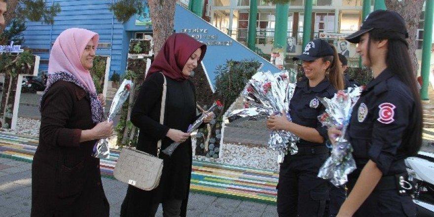 Toplum Destekli Polislerden kadınlara karanfil