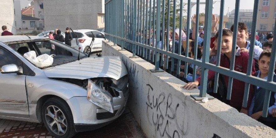 Okul önünde kaza dehşeti: 2 yaralı
