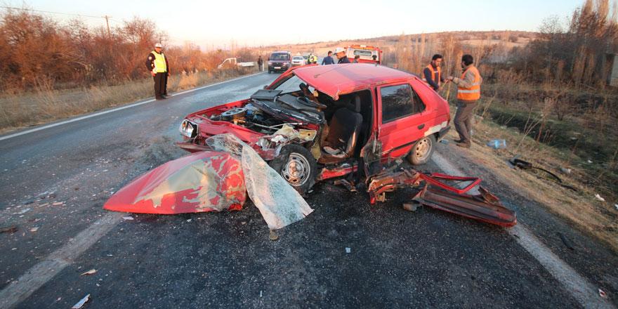 Otomobille minibüs çarpıştı 5 kişi yaralandı