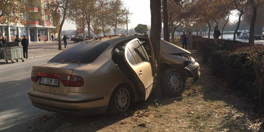 Konya'da otomobil ağaca çarptı!