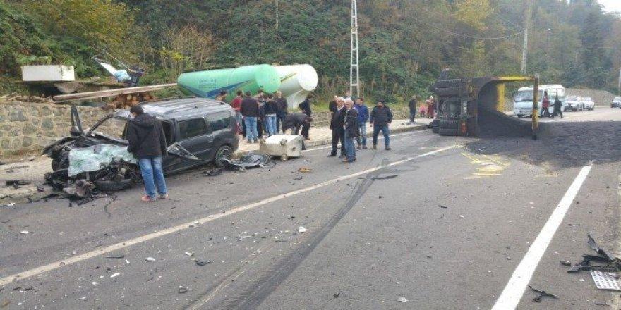 Rize'de asfalt yüklü kamyonla otomobil çarpıştı: 2 yaralı
