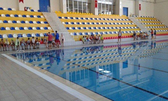 Hatay Büyükşehir Belediyesi Yaşam Merkezi'nde ücretsiz yüzme kursu
