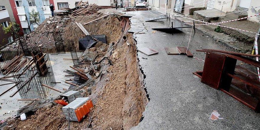 İzmir'de sağanak nedeniyle göçük meydana geldi