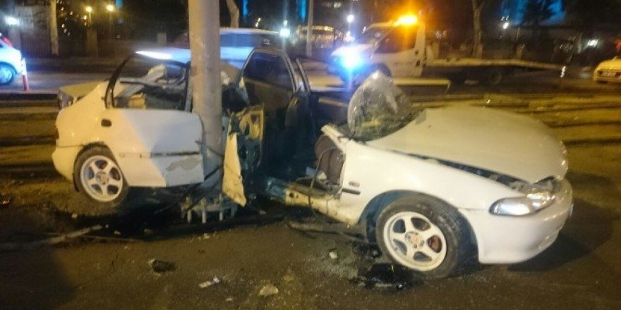 Otomobille tramvay yolundaki direğe çarptı: 1 ölü, 1 yaralı