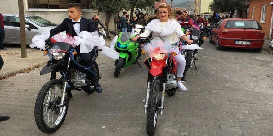 Düğünlerine motosiklet ile gittiler