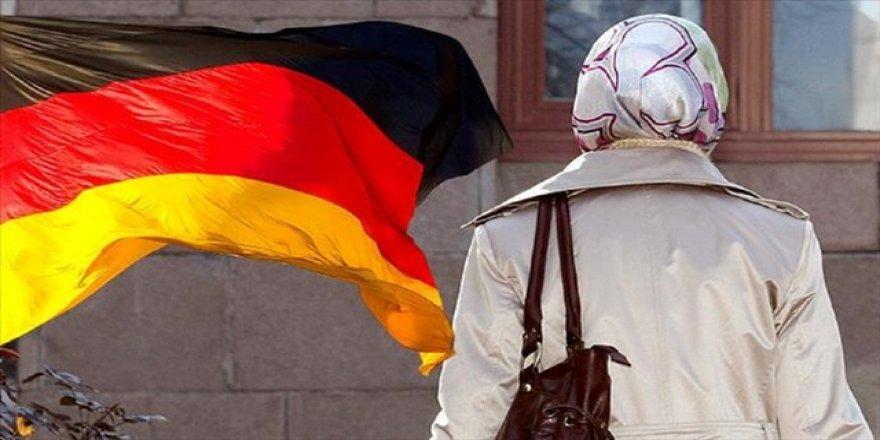 Almanya'da başörtülü olduğu için tramvaydan indirildi