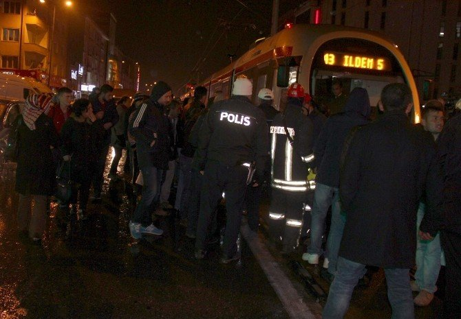 Tramvayın altında kalan çocuk yaralandı