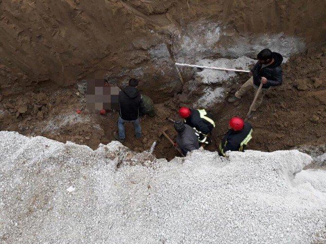 Kanalizasyon çalışmalarında 2 işçi toprak altında kaldı