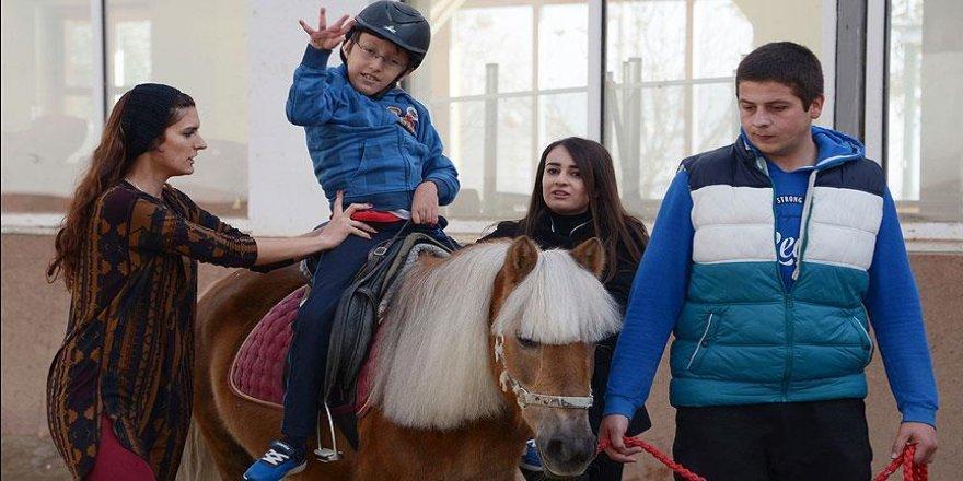 Konyalı küçük Talha engelini 'at üstünde' aşıyor