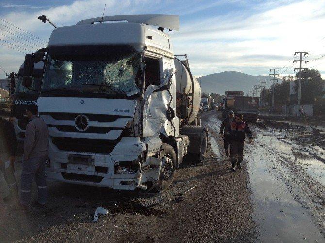 İzmir'de hafriyat kamyonu ile tanker çarpıştı: 1 yaralı