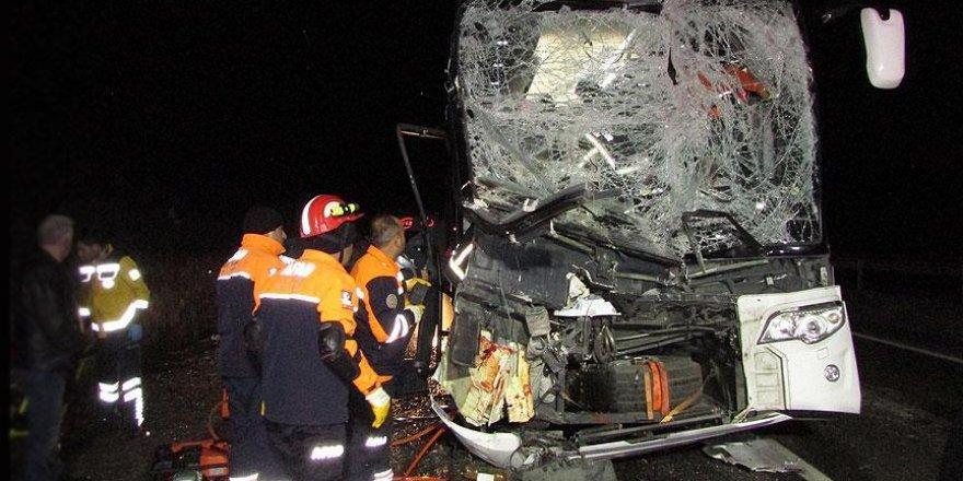 Afyonkarahisar'da yolcu otobüsü kamyona çarptı