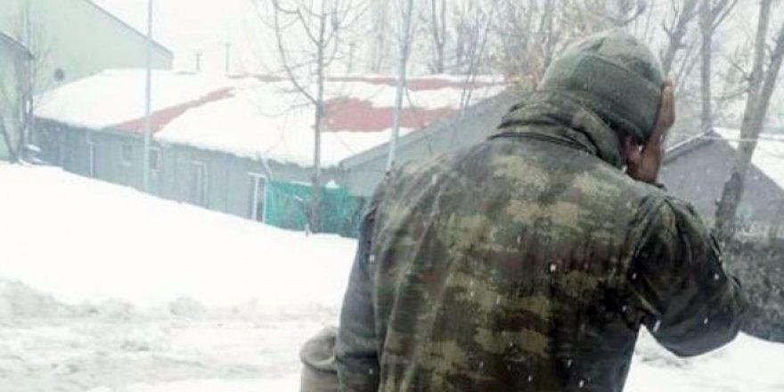 Yüksekova'da asker kar üstünde namaz kıldı