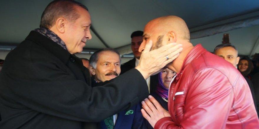 Erdoğan kahramanın yüzünü sevdi!