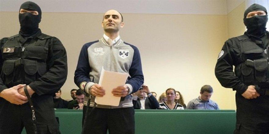 Macaristan sığınmacıya 'pranga vurdu'