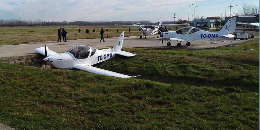 Eğitim uçağı pist başı yapmak isterken kanala girdi