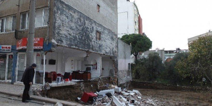 Bandırma'da binanın yan duvarı çöktü