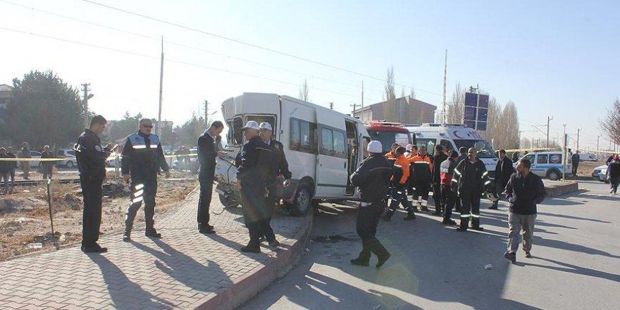 Lokomotif, öğrenci servisiyle çarpıştı: 14 yaralı