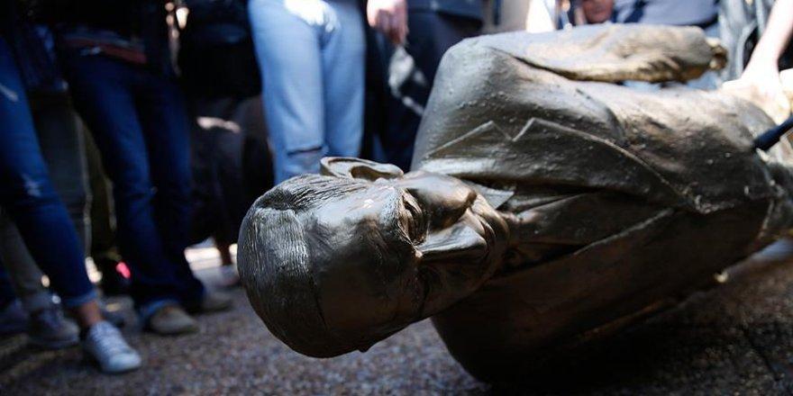 İsrailliler Netanyahu'nun heykelini yıktı