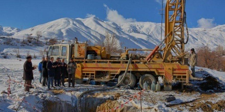 Hakkari Belediyesi kar altında sondaj çalışmalarına başladı