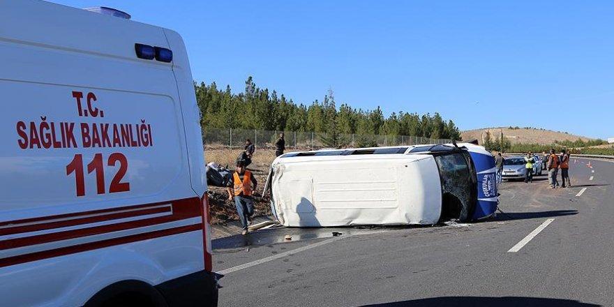 Şanlıurfa'da işçi minibüsü devrildi: 13 yaralı