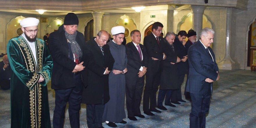 Binali Yıldırım Tataristan'da namaz kıldırdı