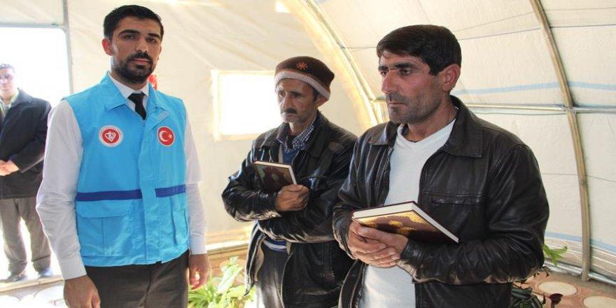Suriyeli sığınmacılara Kur'an-ı Kerim hediye edildi