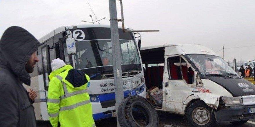 Minibüsler çarpıştı: 1 ölü, 9 yaralı