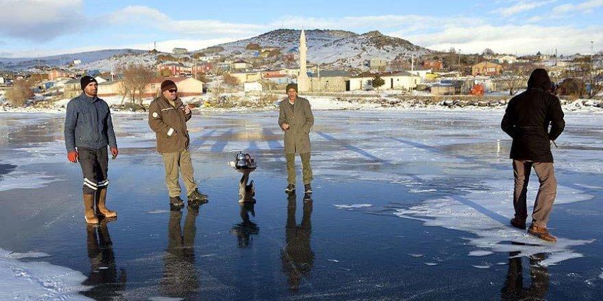 Buz tutan göl üzerinde çay ve kızak keyfi