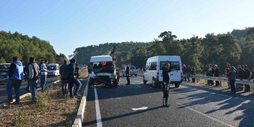Köyceğiz'de iki minibüs çarpıştı: 11 yaralı