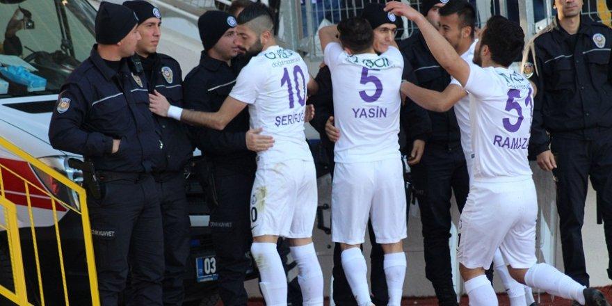 Afyonsporlu futbolcular gol sevinçlerini polislere sarılarak gösterdi