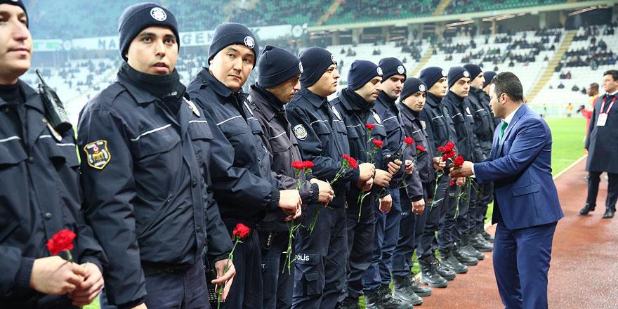 Futbolcular polislere karanfil verdi